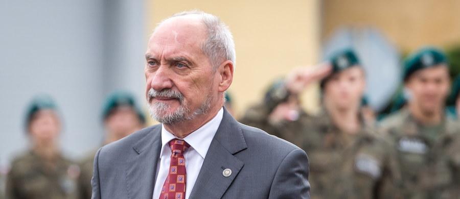 """""""Rosjanie pokazali, że mogą zorganizować i przerzucić na całym swoim froncie zachodnim, a więc na wschodniej flance NATO, siły zdolne do zaatakowania państw bałtyckich, Ukrainy i Polski z równoczesnym zablokowaniem Stanom Zjednoczonym możliwości przerzucenia wojsk do Europy. Że są w stanie przeprowadzić atak, który zmieni sytuację geopolityczną w Europie"""" – stwierdził w wywiadzie dla tygodnia """"Sieci"""" Antoni Macierewicz pytany o manewry Zapad 2017. """"Jest też pytanie, czy ćwiczenia Zapad 2017 rzeczywiście się skończyły…"""" – dodał szef MON."""