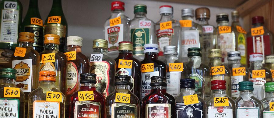 """Tego lata konsumenci rzadko szukali ochłody, więc sezonowe branże są na minusie. Chętniej sięgali po coś na rozgrzewkę, m.in. rum i małpki z wódkami smakowymi - pisze poniedziałkowy """"Puls Biznesu""""."""