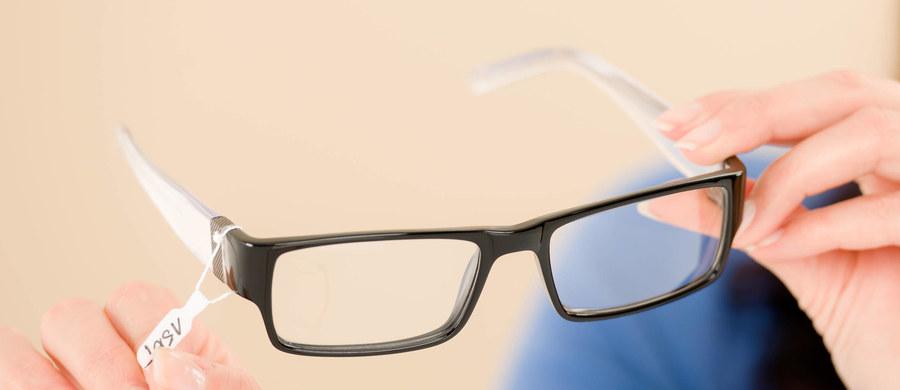 Lekarz przyszedł na egzamin specjalizacyjny w okularach z kamerą i ze sprzętem do przesyłania obrazu na odległość. W trakcie egzaminu sfotografował 200 pytań i przesłał je drogą elektroniczną do wspólniczki, która odesłała mu gotowe odpowiedzi. Został zatrzymany.