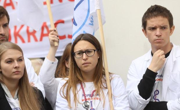 Po południu ma dojść do kolejnego spotkania protestujących lekarzy rezydentów z przedstawicielami ministerstwa zdrowia - dowiedział się reporter RMF FM. Od tygodnia w Dziecięcym Szpitalu Klinicznym w Warszawie młodzi lekarze prowadzą protest głodowy. Dzisiaj też protestem rezydentów ma zająć się Sejmowa Komisja Zdrowia.