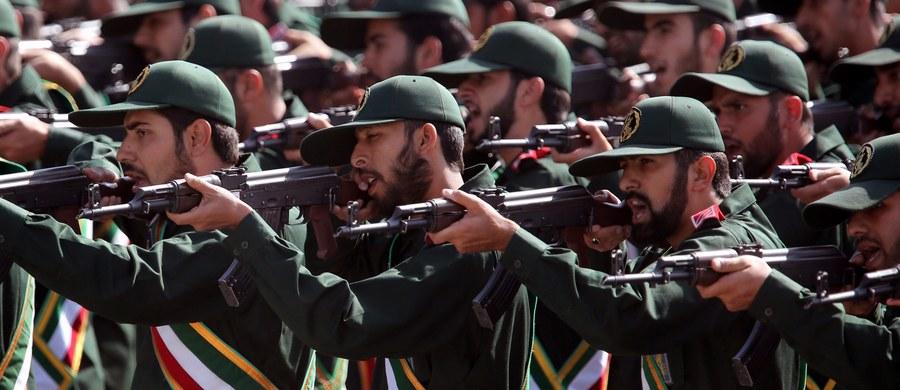 """Ministerstwo spraw zagranicznych Iranu zagroziło, że nastąpi """"miażdżąca reakcja"""", jeśli Stany Zjednoczone uznają wpływowe elitarne jednostki irańskiej Gwardii Rewolucyjnej za organizację terrorystyczną. """"Mamy nadzieję, że USA nie popełnią tego strategicznego błędu"""" - powiedział na konferencji prasowej rzecznik irańskiego MSZ Bohram Kasemi, cytowany przez agencję Tasnim. """"A jeśli to zrobią, reakcja Iranu będzie stanowcza, kategoryczna i miażdżąca"""" - dodał."""