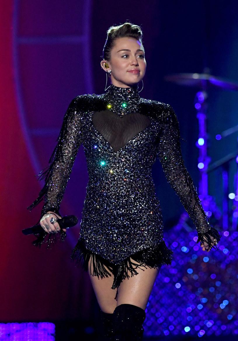 Jednym z ostatnich gości Jimmy'ego Fallona w jego programie była Hillary Clinton. Była sekretarz stanu USA i kandydatka na prezydenta w 2016 roku spotkała się przy tej okazji z Miley Cyrus. Nie obyło się bez wzruszeń.