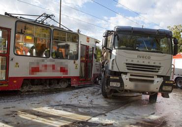 Łódź: Tramwaj uderzył w ciężarówkę. Są ranni