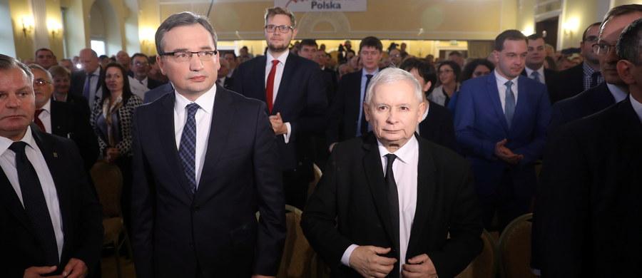 Prezes Prawa i Sprawiedliwości Jarosław Kaczyński podczas poniedziałkowego spotkania z posłami PiS poinformował, że we wtorek prezydent Andrzej Duda otrzyma poprawki do projektów ustaw ws. SN i KRS - wynika z informacji uzyskanych przez PAP.
