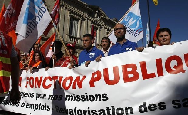 """Ponad pięć milionów osób zatrudnionych na państwowych stanowiskach we Francji strajkuje w całym kraju. Według dziennika """"Le Figaro"""" w 90 departamentach tego państwa odbywa się ponad 130 manifestacji. Po raz pierwszy od 10 lat do protestu zgodnie wezwało dziewięć central związkowych działających wśród pracowników publicznych - od urzędników po nauczycieli, personel szpitali i policję. Gazeta podkreśla, że to wyraz sprzeciwu wobec planów rządu, który zamierza zlikwidować 120 tys. stanowisk pracy, po odejściu na emeryturę osób dotychczas pełniących te obowiązki."""