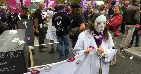 Starciami z policja zakończyła się wielka, paryska demonstracja pracowników budżetówki przeciwko polityce prezydenta Emmanuela Macrona! Bojówki anarchistów i chuliganów zaczęły rozbijać sklepowe witryny i demolować bankowe biura. Obrzuciły kamieniami i butelkami funkcjonariuszy, którzy odpowiedzieli pałkami. Wcześniej uliczny protest przebiegał bez incydentów.