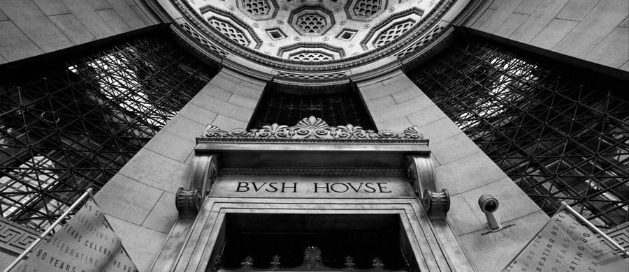 Fotografia jest jak kot - ma więcej niż jedno życie. Gdy pięć lat temu dokumentowałem wnętrze Bush House, zamykającej się wówczas siedziby BBC World Service, nie przypuszczałem, że powrócę do tego budynku ze specjalną misją. Po ponad 70 latach nieprzerwanej pracy, rozgłośnia przeniosła się w nowe miejsce, do bardziej centralnej części Londynu. Studia opustoszały. Budynek stracił swoją duszę i szukał nowego lokatora. Na szczęście pozostały fotografie dokumentujące ten rytuał przejścia.