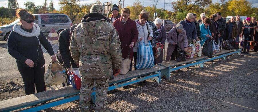"""""""Zapomniana wojna i zapomniani ludzie"""" - tak o trwającym od ponad 3 lat konflikcie na wschodzie Ukrainy mówią mieszkańcy tego regionu. Zniszczone domy, opuszczone fabryki, żołnierze na ulicach i drogi zrujnowane przez czołgi. Tak wyglądają domy kilkanaście kilometrów od terenów kontrolowanych przez separatystów. Jedynie jesienne liście nadają tym miejscom kolorów. Do Donbasu dotarł specjalny wysłannik RMF FM Patryk Michalski."""