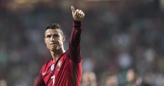 Cristiano Ronaldo może czuć niedosyt po eliminacjach przyszłorocznych mistrzostw świata - twierdzą portugalskie media. Zwracają uwagę, że wprawdzie reprezentacja Portugalii wywalczyła awans na mundial, ale jej największy gwiazdor przegrał z Robertem Lewandowskim rywalizację o tytuł najlepszego strzelca europejskich eliminacji. Według portugalskich dziennikarzy, w ostatnim spotkaniu kwalifikacji - przeciwko Szwajcarii - Ronaldo zbyt obsesyjnie starał się dogonić Polaka. Nie zdołał jednak wpisać się na listę strzelców i eliminacje zakończył z 15 trafieniami na koncie, ustępując Lewandowskiemu jednym golem.