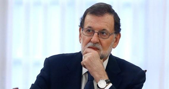 """Premier Hiszpanii Mariano Rajoy zapowiedział, że jego rząd formalnie zwróci się do władz w Barcelonie, by wyjaśnić, czy ogłosiły niepodległość Katalonii. To wymóg do uruchomienia artykuł 155 konstytucji, który umożliwia zawieszenie autonomii regionu. """"Rada Ministrów uzgodniła dziś rano, że formalnie zwróci się do Generalitat (katalońskiego rządu - PAP), by wyjaśnił, czy ogłosił niepodległość Katalonii"""" - oświadczył Rajoy po zakończeniu nadzwyczajnego posiedzenia rządu w Madrycie. Premier podkreślił, że """"wymóg ten stanowi warunek wstępny dla każdego ze środków, które rząd może zastosować w ramach artykułu 155 konstytucji""""."""