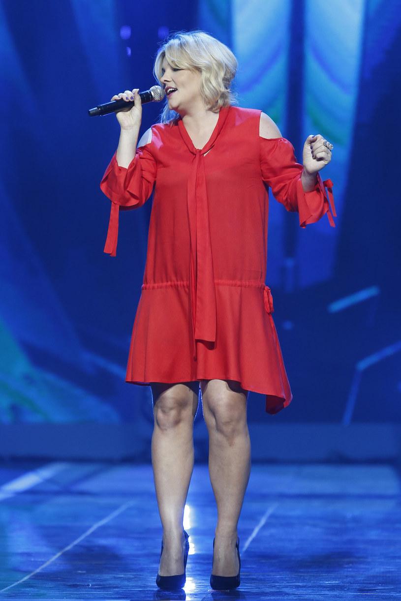 """10 listopada ukaże się składankowa płyta """"The Best Of"""" Ani Dąbrowskiej. Zapowiada ją nowy singel """"Z tobą nie umiem wygrać""""."""
