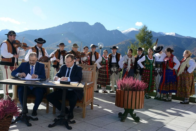 Prezes Telewizji Polskiej Jacek Kurski i Burmistrz Zakopanego Leszek Dorula podpisali 12 października umowę dotyczącą wspólnej organizacji Sylwestra 2017. Koncert z zimowej stolicy Polski będzie transmitować TVP2.