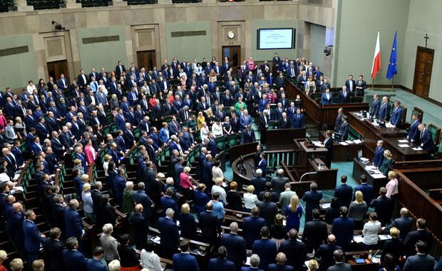 Opozycja atakuje PiS za złamanie obietnicy w sprawie frankowiczów. W Sejmie ruszyły prace nad prezydencką ustawą o minimalnym wsparciu kredytobiorców walutowych, jednak bez obiecywanego przewalutowania kredytów frankowych na złotowe. Opozycja twierdzi, że partia rządząca oszukała frankowiczów. Żaden z klubów nie złożył jednak wniosku o odrzucenie w pierwszym czytaniu prezydenckiego projektu nowelizacji o wsparciu dla kredytobiorców znajdujących się w trudnej sytuacji. Projekt trafił do sejmowej Komisji Finansów Publicznych.