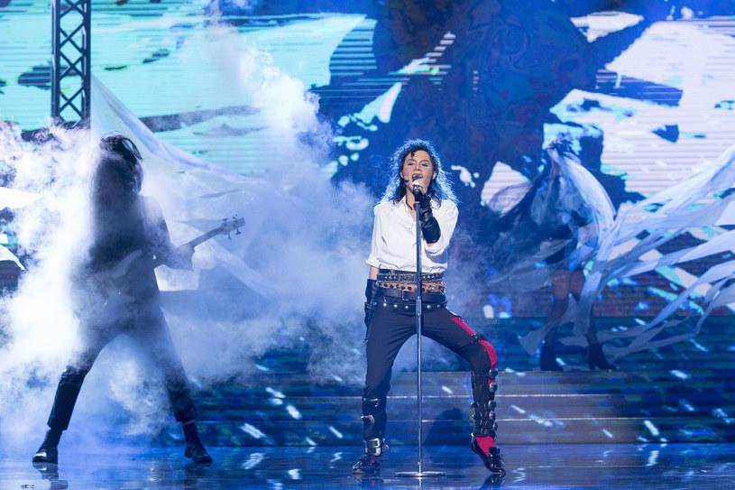 """Poniżej możecie przedpremierowo zobaczyć fragment nowego odcinka programu """"Twoja twarz brzmi znajomo"""", w którym Kasia Moś wciela się w Króla Popu Michaela Jacksona."""