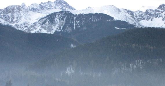Tatry wciąż groźne. Ratownicy TOPR sprowadzili ze Świnicy turystę, który przecenił swoje siły lub nie docenił warunków i utknął bez odpowiedniego sprzętu na zaśnieżonym szlaku.