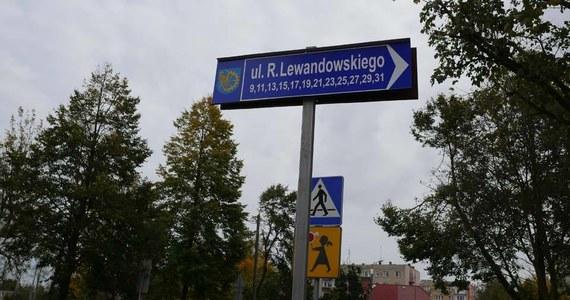 Piłkarz reprezentacji Polski i Bayernu Monachium Robert Lewandowski został patronem jednej z ulic w Kuźni Raciborskiej. Tabliczkę z nową nazwą przykręcił burmistrz Paweł Macha. Wcześniej ulica nosiła imię Karola Świerczewskiego.
