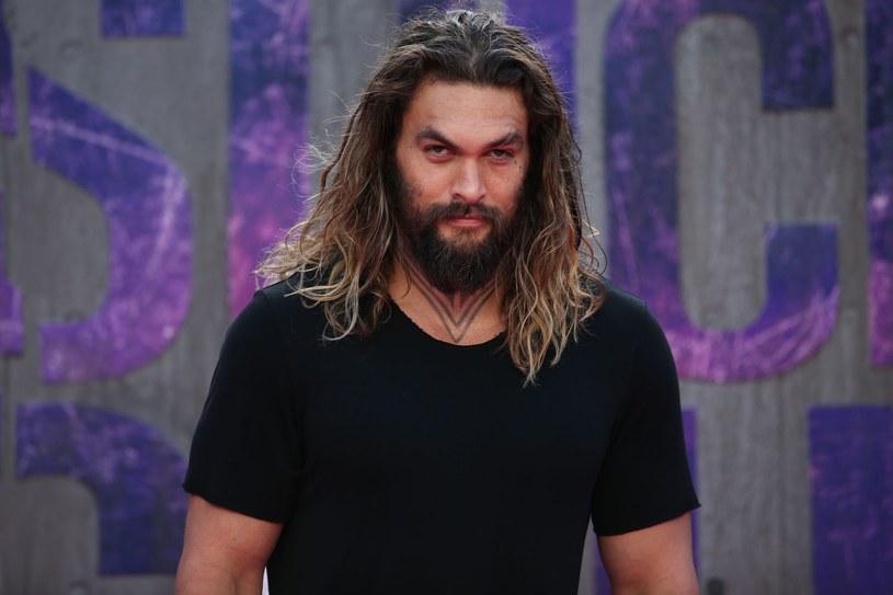 """Jason Momoa przeprosił za swój żart o """"gwałceniu pięknych kobiet"""" w serialu """"Gra o tron""""."""