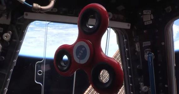 Astronauci NASA postanowili odpowiedzieć na prośby wielu osób i pokazali, jak w stanie nieważkości kręci się popularna zabawka, znana jako fidget spinnerem. Film z testu został opublikowany w serwisie YouTube.