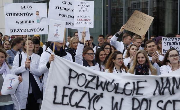 W południe w kilkunastu miastach wojewódzkich rozpoczęły się pikiety poparcia dla lekarzy-rezydentów głodujących w Warszawie. Protest zorganizowali studenci medycyny. Medycy protestujący w Warszawie przedstawili propozycję warunków, które musi spełnić rząd, by mogli zakończyć protest. Petycja w tej sprawie trafiła już do Kancelarii Premiera. Nakłady na leczenie Polaków w wysokości 6 a nie 6,8 proc. PKB - to kompromisowa propozycja, jaką premier Beacie Szydło przekazali protestujący lekarze - informuje dziennikarz RMF FM Grzegorz Kwolek. Protest w stolicy zakończył się przed godziną 14. Lekarze-rezydenci czekają teraz na zaproszenie rządu do rozmów.