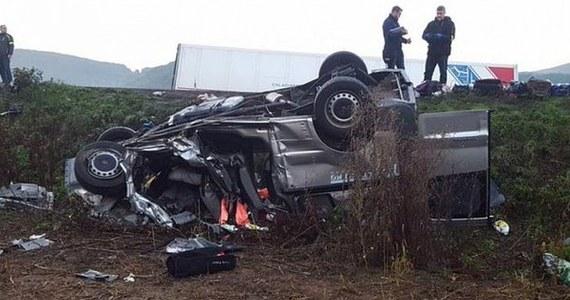 Siedem osób zginęło, a dwie zostały ranne w zderzeniu mikrobusu z ciężarówką koło miejscowości Nitrica w powiecie Prievidza na zachodzie Słowacji - poinformowała słowacka policja. Do wypadku doszło około godziny czwartej nad ranem. W wyniku zderzenia mikrobus Opel, którym jechało osiem osób, wywrócił się i został wyrzucony poza jezdnię.