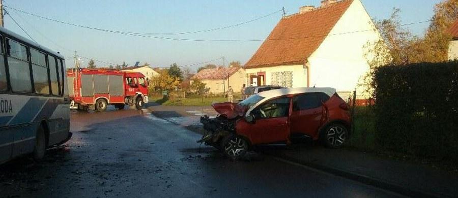 Sześcioro dzieci i dwoje dorosłych zostało rannych w wypadku autobusu szkolnego w miejscowości Brzydowo niedaleko Ostródy (woj. warmińsko-mazurskie). Pojazd zderzył się tam czołowo z samochodem osobowym.