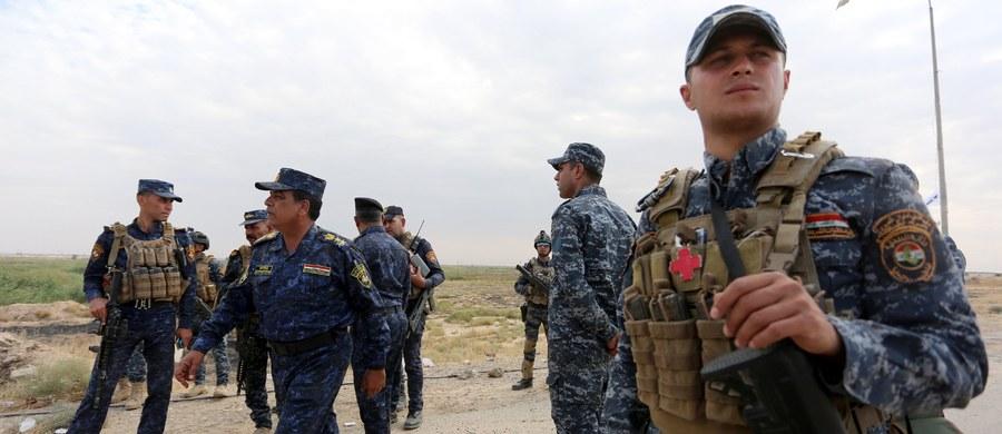 """Iracka armia ogłosiła, że wraz ze sprzymierzonymi z nią milicjami odebrała siłom kurdyjskim kontrolę nad kilkoma celami na południe od miasta Kirkuk, w tym nad bazą wojskową K1, stacją państwowego koncernu gazowego, rafinerią ropy i elektrownią. W nocy wojsko irackie, przy wsparciu finansowanych przez Iran milicji, rozpoczęło kolejny etap ofensywy w celu odbicia z rąk kurdyjskich prowincji Kirkuk, do której rości sobie prawa autonomiczny Kurdystan. """"Siły (rządowe) posuwają się naprzód"""" - podkreślono w wojskowym komunikacie."""