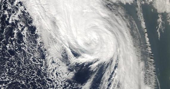 Burza tropikalna Ophelia dotarła do południowych wybrzeży Irlandii, powalając drzewa i zrywając linie energetyczne. Fale osiągają wysokość 10 metrów. Władze ostrzegły, że ta najpotężniejsza burza od 50 lat może spowodować ofiary śmiertelne.