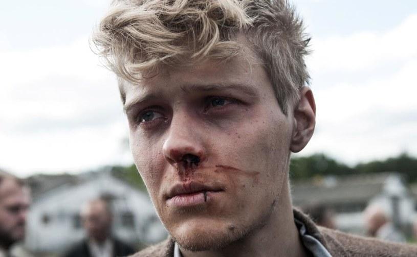 """""""Zgoda"""" - poruszająca historia miłosna, rozgrywająca się w trudnych czasach schyłku II wojny światowej - będzie reprezentować Polskę w Konkursie Debiutów Operatorskich Międzynarodowego Festiwalu Filmowego Camerimage 2017. Film Macieja Sobieszczańskiego jest jedyną krajową produkcją, która ma szansę na zwycięstwo w tej, prestiżowej sekcji imprezy. """"Wchodząc na plan, często towarzyszyło nam uczucie, że to co sobie zamierzyliśmy danego dnia jest niewykonalne. Czasami nawet trzysta osób brało zbiorową odpowiedzialność za to, żeby to jedno najważniejsze ujęcie wyszło. Na koniec dnia mieliśmy satysfakcję, że jednak się udało"""" - mówi reżyser produkcji, Maciej Sobieszczański. Natomiast więcej o warstwie wizualnej """"Zgody"""" opowiada sam autor zdjęć do filmu - operator Walentyn Wasjanowicz."""