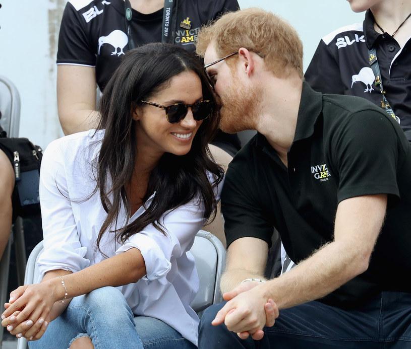 Brytyjskie media wciąż oczekują jasnej deklaracji co do zaangażowania uczuciowego księcia Harryego i jego dziewczyny Meghan Markle. Kilka tygodni po oficjalnym publicznym wystąpieniu pary na Invictus Games, Harry i Markle są wciąż w centrum zainteresowania.