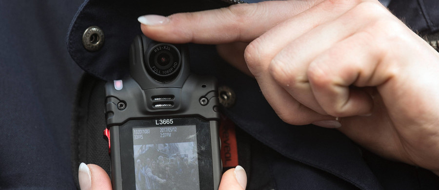 Komenda Główna Policji ogłosiła przetarg na zakup pierwszej partii kamer na mundury dla policjantów. Urządzenia mają rejestrować przebieg interwencji funkcjonariuszy - poinformował rzecznik KGP mł. insp. Mariusz Ciarka.