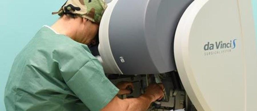 """Robot chirurgiczny da Vinci zostanie po raz pierwszy na Mazowszu wykorzystany do operacji prostatektomii (usunięcia gruczołu krokowego). Zabiegi odbędą się dziś i jutro (16 i 17 października) w warszawskim szpitalu """"Mazovia"""" przy alei KEN."""