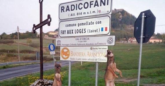 Włoska organizacja broniąca praw zwierząt wyznaczyła nagrodę w wysokości 24 tysięcy euro za pomoc w ujęciu sprawców zabicia dwóch wilków w Toskanii. Martwe zwierzęta ktoś powiesił na znaku drogowym przed wjazdem do miasteczka Radicofani.