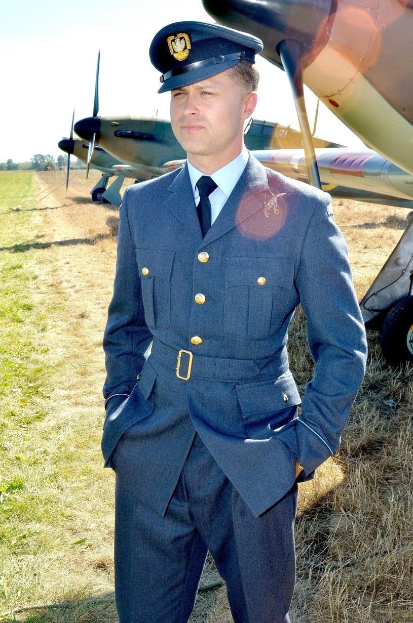 """W filmie """"Dywizjon 303"""" w legendarnego Jana Zumbacha, pilota walczącego w Bitwie o Anglię, wcielił się Maciej Zakościelny. Tym, co wyróżnia jego bohatera, jest to, że błyszczał nie tylko w walce, ale i w życiu towarzyskim."""
