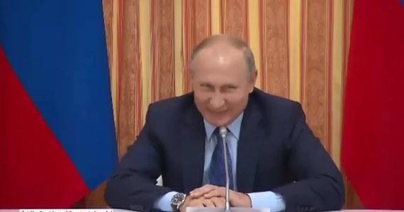 """Prezydent Rosji Władimir Putin nie mógł powstrzymać śmiechu, gdy minister rolnictwa Aleksander Tkaczow zaproponował zwiększenie eksportu wieprzowiny do Indonezji. """"Niemcy produkują rocznie 5,5 mln ton wieprzowiny, z czego prawie 3 mln eksportują do innych krajów, takich jak Chiny, Indonezja, Japonia, czy Korea. Dlatego nie możemy przestać eksportować wieprzowiny. Musimy zwiększyć produkcję"""" - przekonywał Tkaczow. """"Indonezja to kraj muzułmański. Oni nie jedzą wieprzowiny"""" - zwrócił mu uwagę Putin. Tkaczow przyznał się do pomyłki i doprecyzował, że chodziło mu o Koreę Południową. """"A co to za różnica?"""" - dodał po chwili i skutecznie rozśmieszył prezydenta Rosji."""