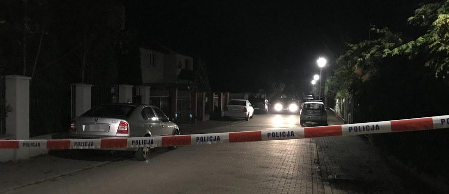 To 25-letni mężczyzna wczoraj po południu zamordował swoich rodziców w warszawskiej Falenicy - oficjalnie potwierdziła to prokuratura. Zatrzymany zostanie przesłuchany jutro, bowiem prokurator chce zaczekać przynajmniej na wstępne wyniki trwających sekcji zwłok. Na razie śledczy mówią o szeregu ciosów zadanych ofiarom.
