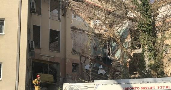 Ewakuacja ok. 80 osób z hotelu i bloku mieszkalnego przy ulicy Słonecznej w Warszawie. W remontowanej tuż obok kamienicy zawalił się strop. Nikomu nic się nie stało