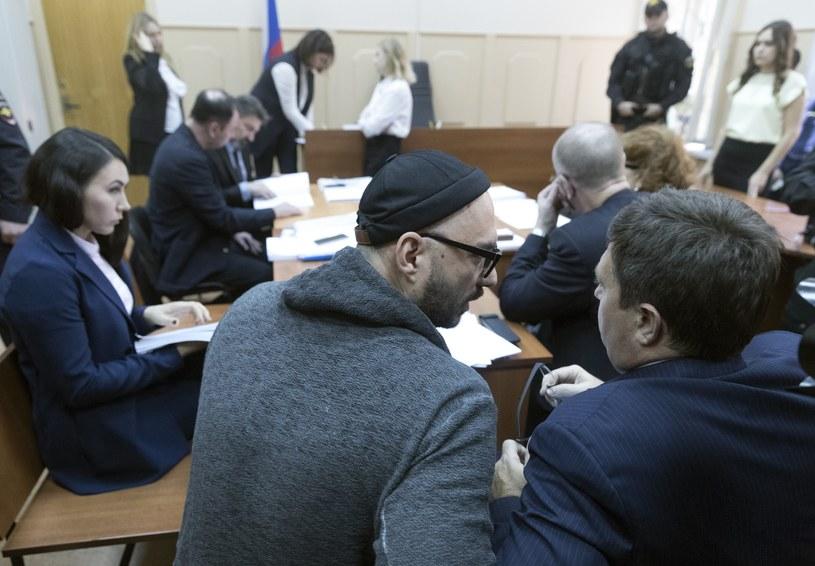 """Sąd w Moskwie przedłużył o trzy miesiące areszt domowy dla reżysera teatralnego i filmowego Kiriłła Sieriebriennikowa, któremu zarzucono defraudację """"na dużą skalę"""" środków publicznych - poinformowała we wtorek, 17 października, z sali sądu agencja TASS."""
