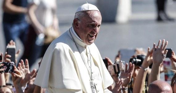 """Papież Franciszek pozdrowił w środę pracowników służby zdrowia w Polsce. Podczas audiencji generalnej w Watykanie życzył, by nigdy nie zabrakło im sił w ich służbie. Zwracając się do polskich pielgrzymów przybyłych na audiencję na placu Świętego Piotra papież powiedział: """"Dzisiaj, wspominając świętego Łukasza Ewangelistę, obchodzicie w Polsce patronalne święto Służby Zdrowia. Pamiętajcie w modlitwie o wszystkich, którzy z oddaniem i poświęceniem służą chorym""""."""