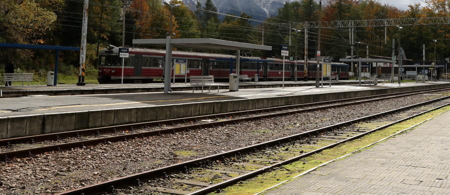 Zarzut sprowadzenia bezpośredniego ryzyka katastrofy w ruchu lądowym usłyszał maszynista pociągu Olsztyn-Szczecin. To on, zdaniem śledczych, odpowiada za to, że dwa pociągi TLK w okolicy Łobza w Zachodniopomorskiem znalazły się wczoraj na tym samym torze.