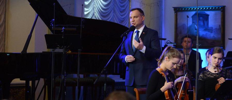 Tadeusz Kościuszko był niezwykle wszechstronnym i utalentowanym człowiekiem. Nie tylko wspaniałym żołnierzem, generałem, politykiem, inżynierem, ale też kompozytorem - powiedział prezydent Andrzej Duda otwierając środowy koncert z okazji Roku Tadeusza Kościuszki.