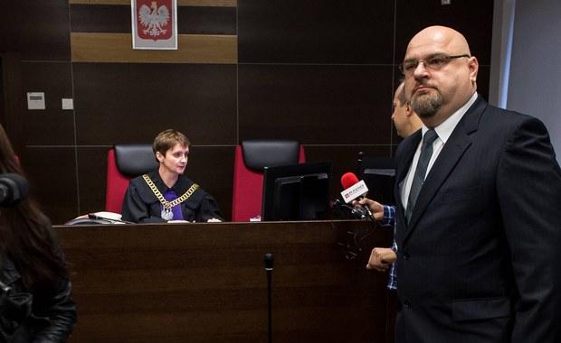 Na 1 tys. zł grzywny skazał wrocławski sąd mężczyznę oskarżonego o nawoływanie do nienawiści na tle różnic narodowościowych. To rodzic, który w szkole swojej córki zerwał plakat z ukraińską flagą i godłem. Wyrok nie jest prawomocny.