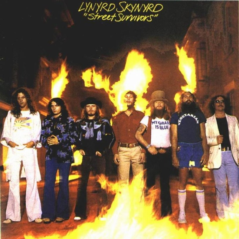 """40 lat temu doszło do katastrofy lotniczej, która na dekadę zatrzymała karierę amerykańskiej grupy Lynyrd Skynyrd, pamiętanej z przebojów """"Sweet Home Alabama"""" i """"Free Bird"""". Na miejscu zginęło sześć osób, w tym pierwszy lider grupy, wokalista Ronnie Van Zant, gitarzysta Steve Gaines i jego śpiewająca w chórkach siostra Cassie Gaines."""