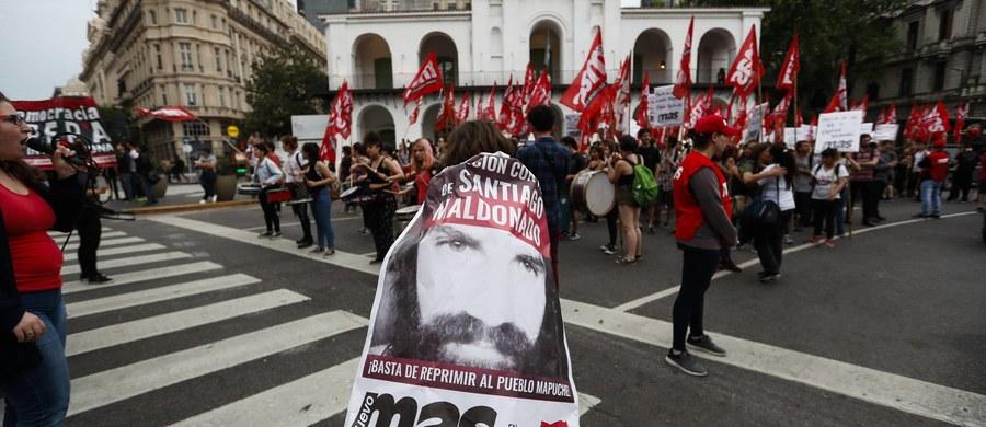 Największe partie polityczne w Argentynie zawiesiły kampanie przed wyborami parlamentarnymi po odnalezieniu w rzece w Patagonii ciała zaginionego przed dwoma miesiącami aktywisty Santiago Maldonado. Jego zaginięcie wstrząsnęło krajem.