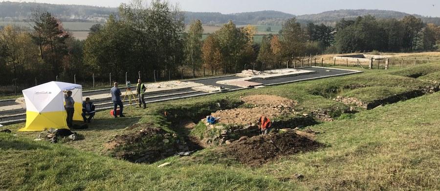 Kolejne szczątki ludzkie odkryto w czasie rozpoczętego dziś drugiego etapu badań w hitlerowskim obozie Gross-Rosen na terenie Rogoźnicy na Dolnym Śląsku. W czasie pierwszych prace we wrześniu ekshumowano szczątki sześciu osób, które zginęły prawdopodobnie od postrzału w głowę. Zdaniem pracujących na miejscu specjalistów, w tym miejscu mogą być szczątki ponad trzydziestu osób. Zeznania świadka, który wskazał schron przeciwlotniczy jako miejsce pochówku, mówią nawet o trzystu.