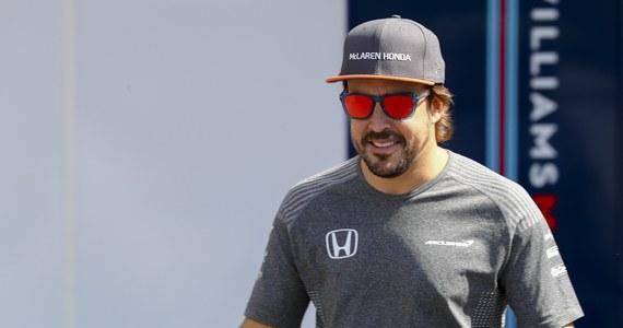 Dwukrotny mistrz świata Fernando Alonso przedłużył o rok kontrakt z McLarenem - poinformował zespół w Austin, gdzie w niedzielę odbędzie się wyścig Formuły 1 o Grand Prix USA.