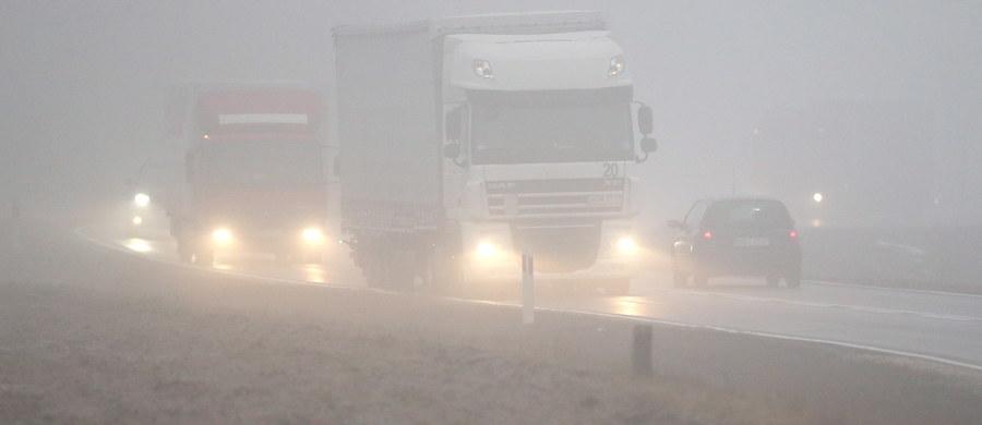 Instytut Meteorologii i Gospodarki Wodnej dla 11 województw wydał ostrzeżenia przed silną mgłą, która ma się utrzymywać nawet do godziny 11 w piątek. Mgła ograniczy widzialność od 100 do 200 metrów.