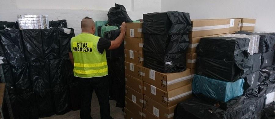 Funkcjonariusze z Placówki Straży Granicznej w Zgorzelcu znaleźli 3 miliony sztuk papierosów o wartości 2 milionów złotych. Zatrzymali trzech mężczyzn i zabezpieczyli przemytnicze auto, które - jak się okazało po sprawdzeniu - zostało wyposażone w specjalny mechanizm służący do... zatrzymywania pościgu.