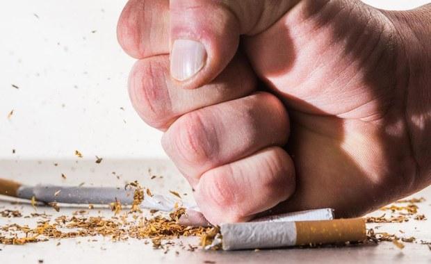 Połowa palaczy myśli o rzuceniu palenia. Tak przynajmniej wynika z danych warszawskiego Centrum Onkologii. Jeśli Ty też o tym marzysz, przedstawiamy 10 trików, które Ci to ułatwią.
