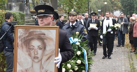 Bliscy, artyści i fani przyszli w piątek na cmentarz Rakowicki w Krakowie, aby pożegnać Annę Szałapak, słynną pieśniarkę Piwnicy pod Baranami. Matka zmarłej, 92-letnia Janina, podkreśliła, że jej córka wszystko zawdzięczała własnej pracowitości.