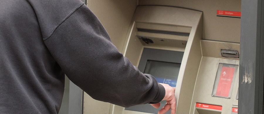 Zwolennicy odłączenia się Katalonii od reszty Hiszpanii już w piątek rano wyciągali pieniądze z bankomatów, zarówno większe sumy, jak i symboliczne, by zaprotestować przeciwko władzom centralnym i bankom, które przeniosły swe centrale do innych regionów.